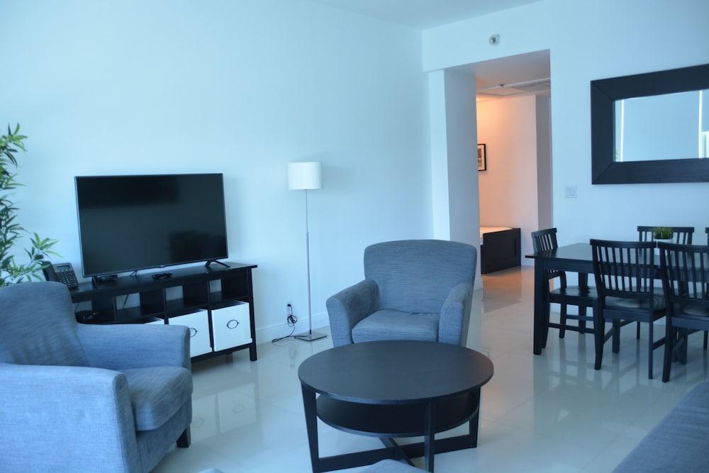Photo 37 - New Point Miami Beach Apartments