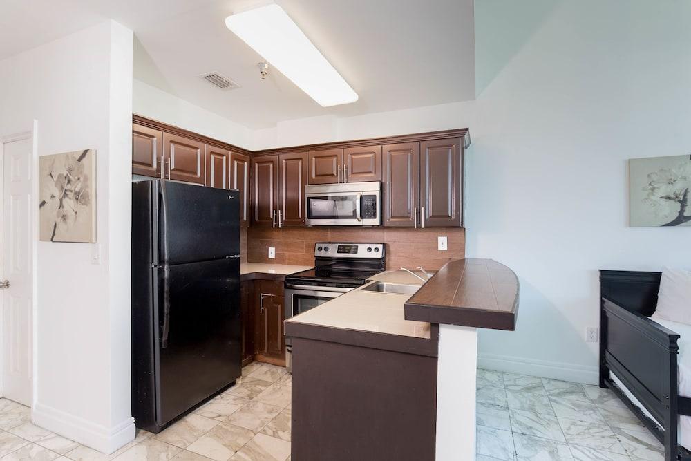 Photo 15 - New Point Miami Beach Apartments