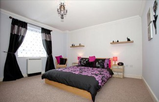 Photo 1 - Riverbank View Three Bedroom Apartment with Free Parking